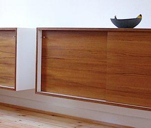 Zwei hängende Sideboards