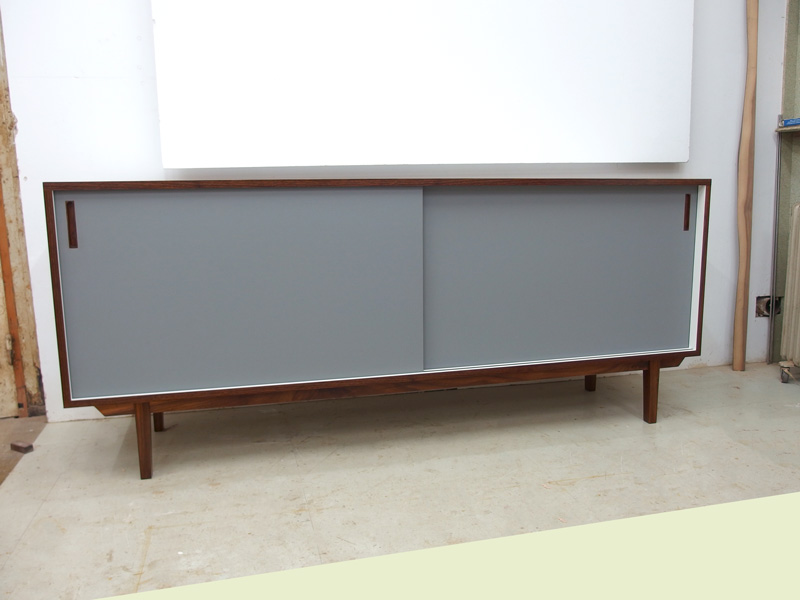 Sideboard mit Linoleumfronten in grau