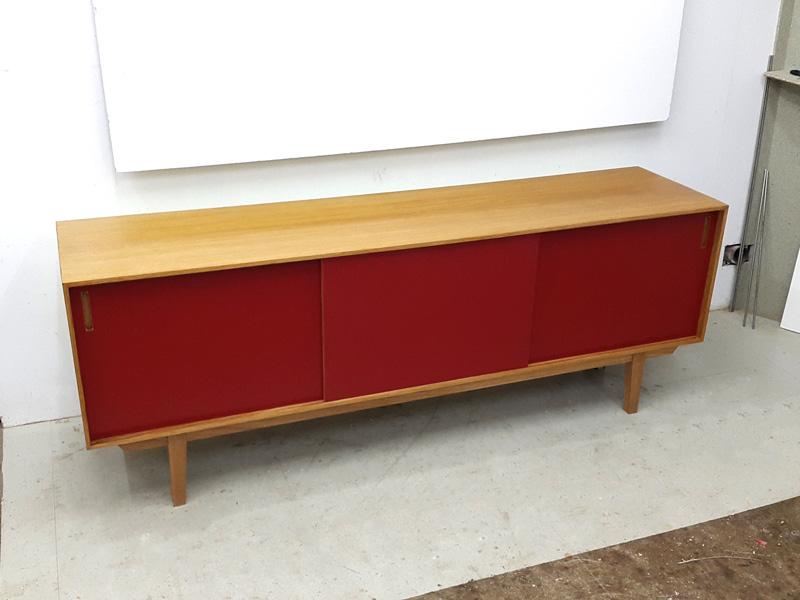 Sideboard mit Linoleumfronten in rot